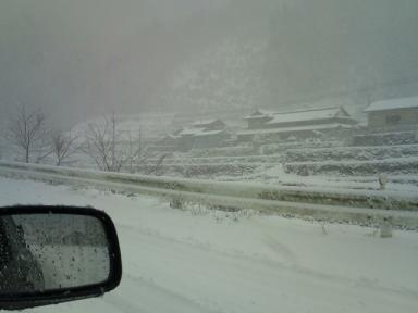 F1000359s 大雪が降ったせいで車はいない